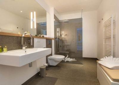 Ebenerdige Dusche und ein Handtuchheizkörper für mehr Komfort.