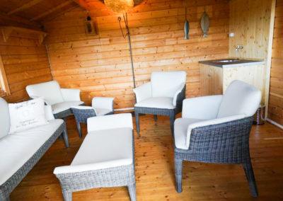 Exklusive Gartenmöbel für einen gemütlichen Abend im Grillhaus.