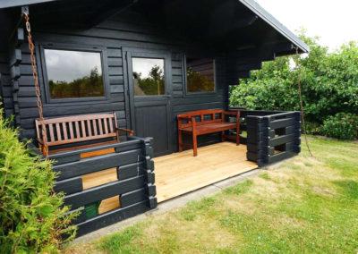 Ein separates Gartenhaus mit Grill und Feiermöglichkeiten.