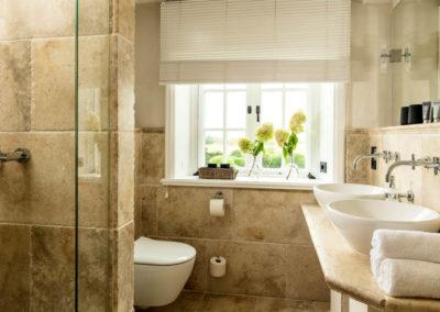 Hell und edel ist das Badezimmer mit Doppelwaschbecken.