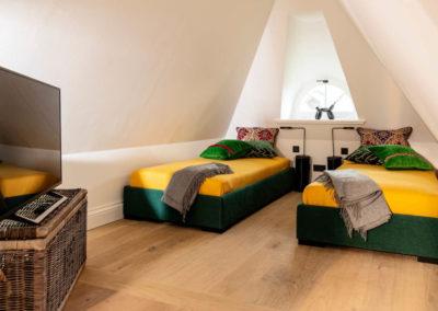 Zwei große Einzelbetten und ein Flatscreen stehen im Dachgeschoss zur Verfügung.