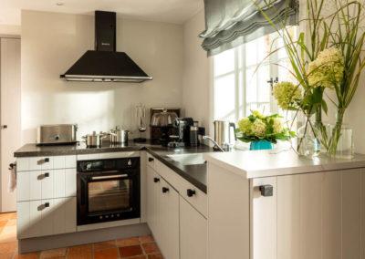 Die minimalistische Landhausküche im Ferienhaus.