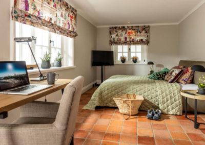 Das zweite Schlafzimmer mit Doppelbett und einem eigenen Flachbildschirm.