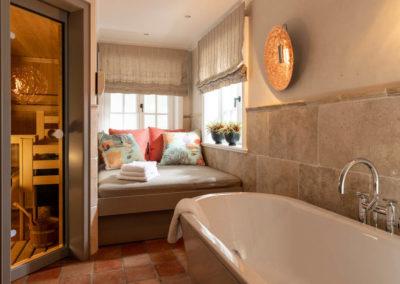 Die Wellnessoase im Untergeschoss mit freistehender Badewanne.