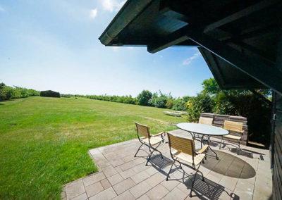 Auch auf der Terrasse des Saunahauses stehen hochwertige Gartenmöbel bereit.