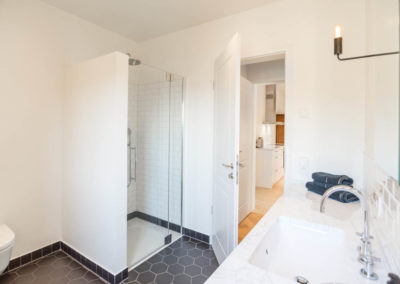 Ein Badezimmer befindet sich im Erdgeschoss.