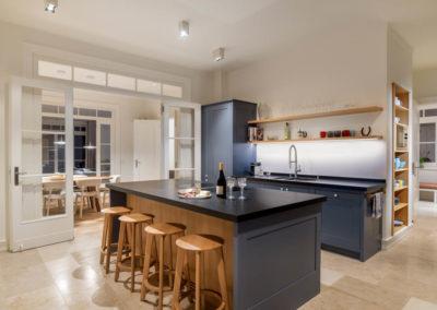 Die moderne Landhausküche mit Elektrogeräten von Miele und Bora.