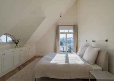 Einblick in ein weiteres Schlafzimmer mit Doppelbett.