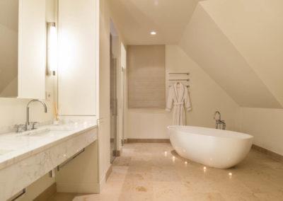 Das Masterbad mit Badewanne und Dusche.