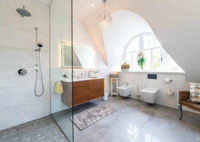 Ein zweites Bad mit Dusche befindet sich im Obergeschoss.