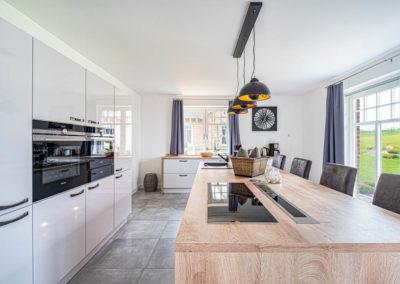 In dieser großen Küche mit Kochinsel macht das Kochen garantiert Spass!