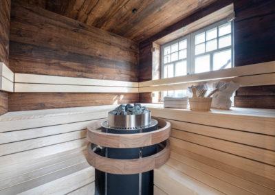 Extravagant ist die Sauna im Chaletstil.
