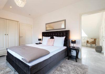 Das Hauptschlafzimmer verfügt über ein Bad en suite.