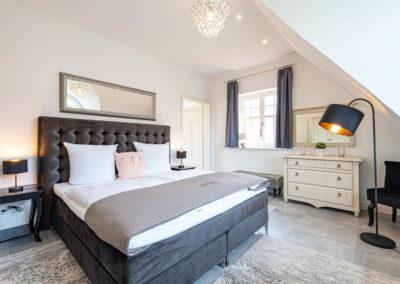 Eines von drei modernen Schlafzimmern mit Flatscreen.