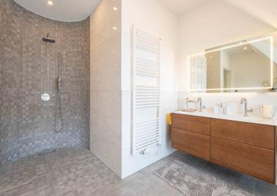 Die große und halbrunde Walk- In- Dusche.