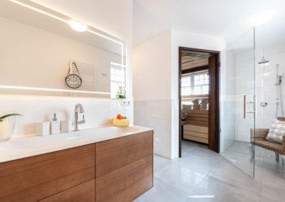 Das dritte Bad mit Dusche beherbergt auch eine Sauna