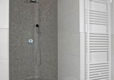 ...ist mit einer Walk- In- Dusche ausgestattet.