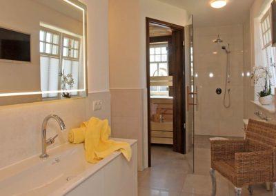 Das Badezimmer mit Sauna im Erdgeschoss.