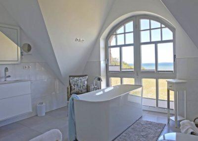 Neben der freistehenden Badewanne gibt es auch eine Dusche.