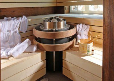 Die Sauna im gemütlichen Chalet- Stil.