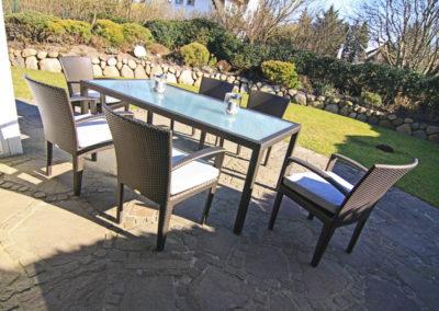 Exklusive Gartenmöbel nebst einer Sonnenliege von Dedon laden zum relaxen ein.