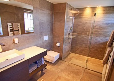 Ein großes, modernes und exklusives Bad en suite.