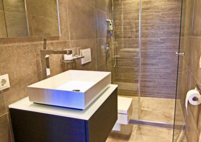 Erfrischend anders ist auch das zweite Duschbad en suite.