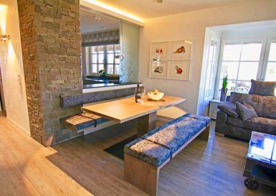 Eine pfiffige Idee stellt die Glasschiebewand zwischen Küche und Essbereich dar.