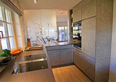 Perfekt ausgestattet: Backofen, Mikrowelle, Kühl-/ Gefrierschrank samt einer 0- Grad Frischhaltezone.