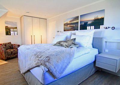 Komfortables Doppelbett im Masterbedroom mit Bad en suite.