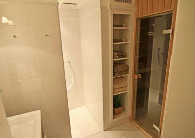 Das Duschbad im Untergeschoss mit Sauna/ Sanarium.