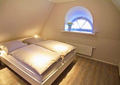 Ein drittes Schlafzimmer mit Doppelbett ist im Dachgeschoss vorhanden.