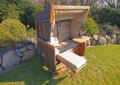 Entspannen Sie im Strandkorb. Ein zweiter Strandkorb wartet in einer Sonnenkuhle auf Sie!