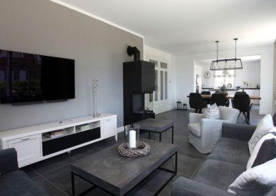 Modern und gemütlich ist der offene und große Wohnbereich.