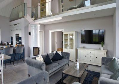 Wohlfühlatmosphäre im offenen Wohnbereich mit Galerie.