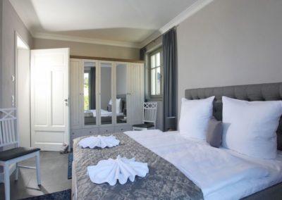 Im Erdgeschoss stehen Ihnen zwei Schlafzimmer mit großen Doppelbetten zur Verfügung.