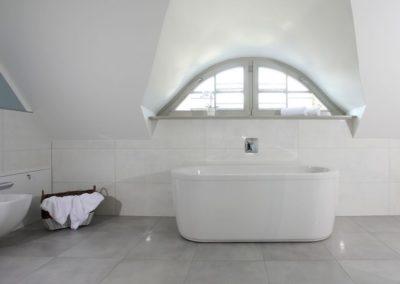 Gönnen Sie sich ein Entspannungsbad in der freistehenden Badewanne