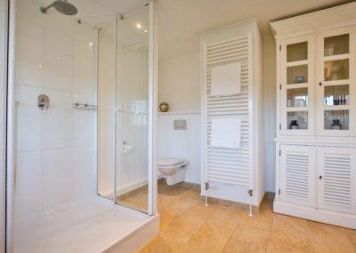 Eines von drei Badezimmern mit Dusche