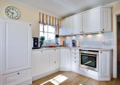 Die moderne Landhausküche ist mit hochwertigen Elektrogeräten von Siemens ausgestattet.
