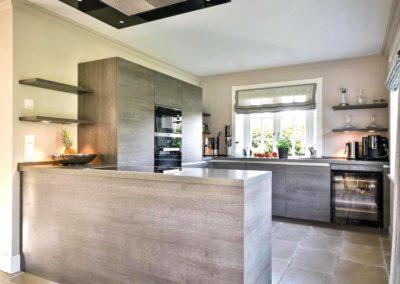 Freude am Kochen in der exklusiven Küche mit Weinkühlschrank