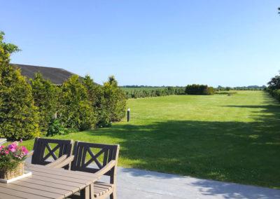 Blick von der Terrasse auf das Saunahaus und die unendliche Weite...