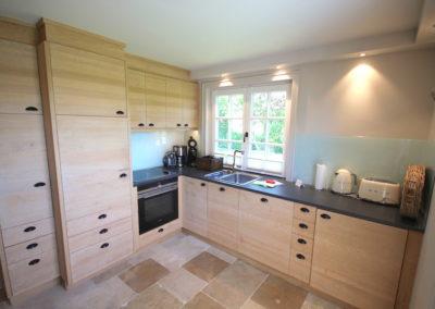 Diese Küche ist eine Einzelanfertigung aus massiven Holztüren.