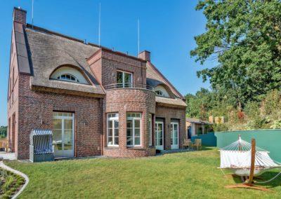 Die Villa im englischen Landhausstil vom Garten aus betrachtet
