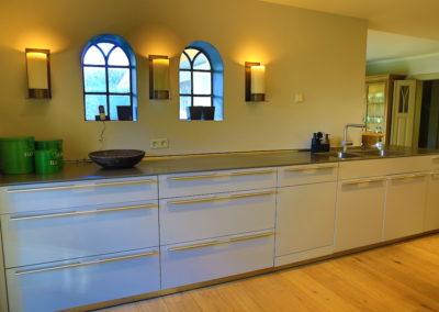 Die Küche mit viel Arbeitsfläche und Stauraum