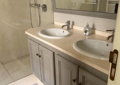 Duschbad mit Doppelwaschbecken im Untergeschoss