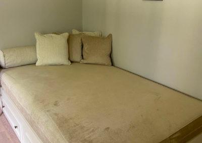 Ein Schlafzimmer mit großem Einzelbett