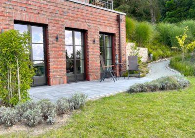 Die Terrasse mit dem wunderbaren Garten