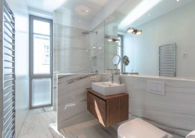 Das zweite Duschbad ist ebenso edel und luxuriös