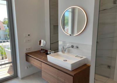 Das Bad mit Dusche, Badewanne und Sauna
